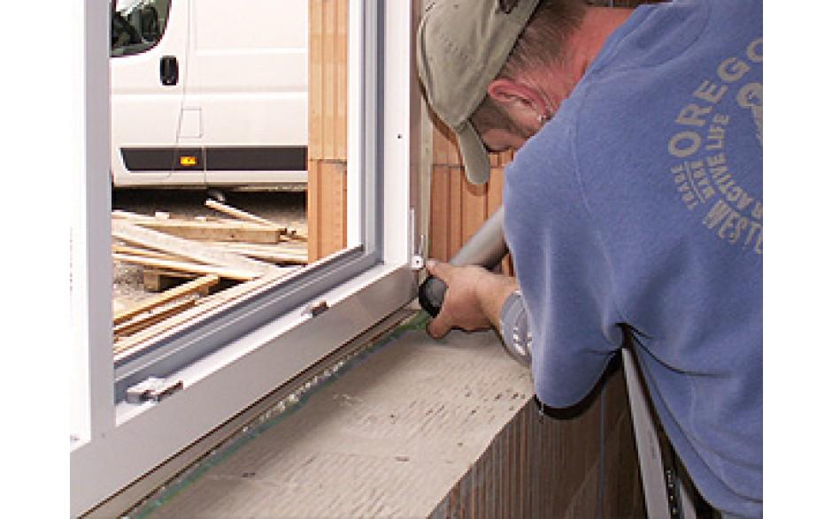 Luftdichtes Verkleben von Fensteranschlussbändern beim Fenstereinbau