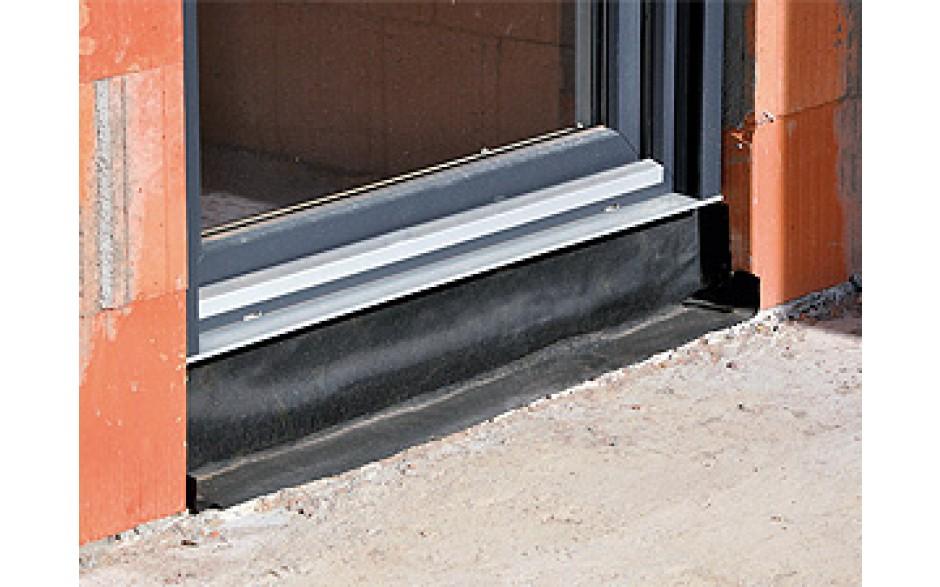 Elastomer-Dichtfolie aus EPDM-Kautschuk mit einseitigem Butyl-Selbstklebestreifen zur äußeren Abdichtung von Fenster- und Türelementen im Fassadenbau.